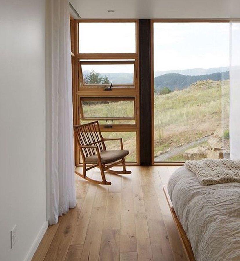 ssilla en dormitorio con vistas campo
