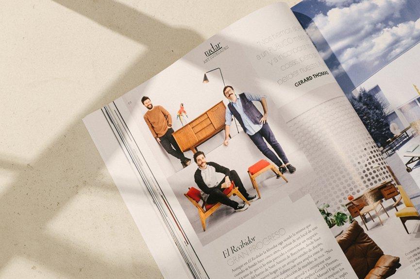 revista sobre mesa