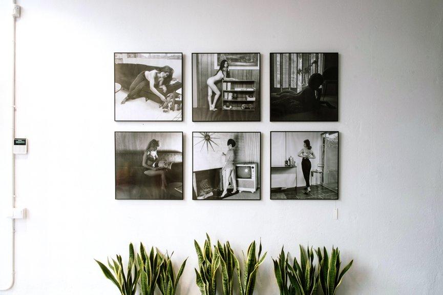 pared blanca con cuadros blanco y negro