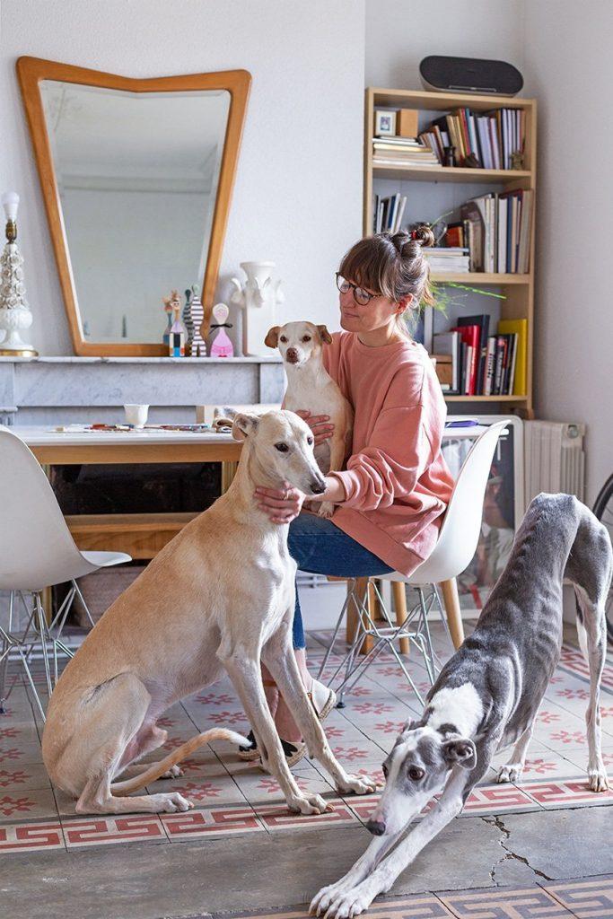 chica con perros galgos