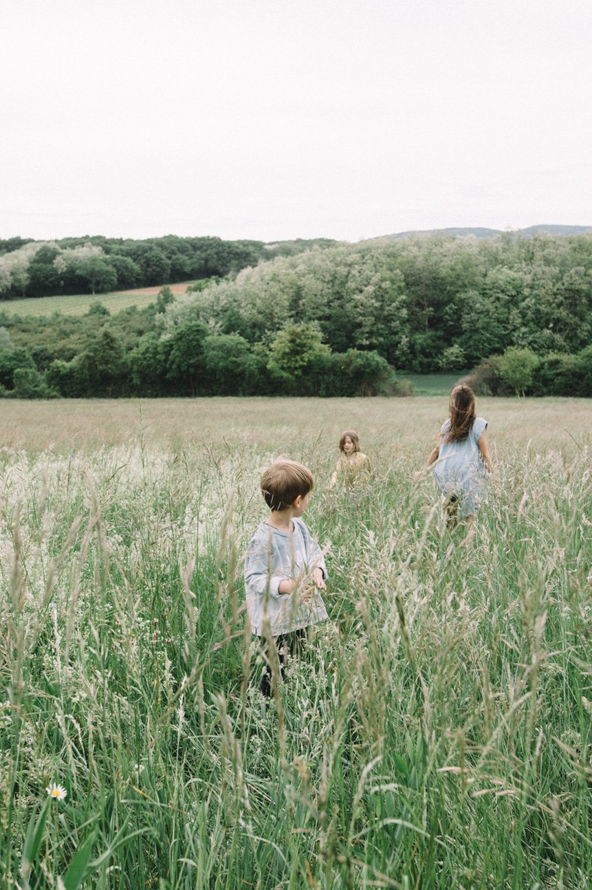 niños en el campo