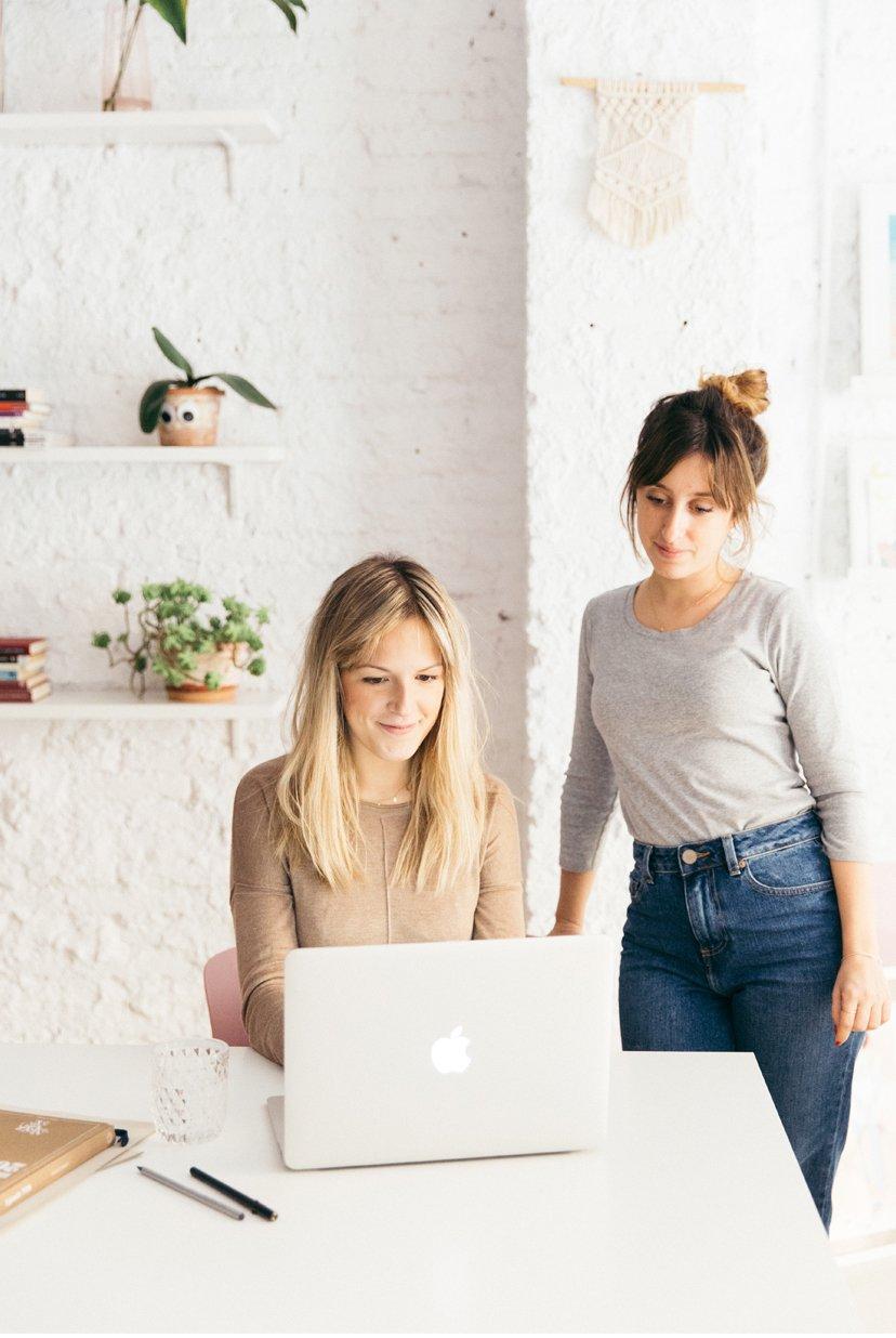 dos chicas frente a ordenador