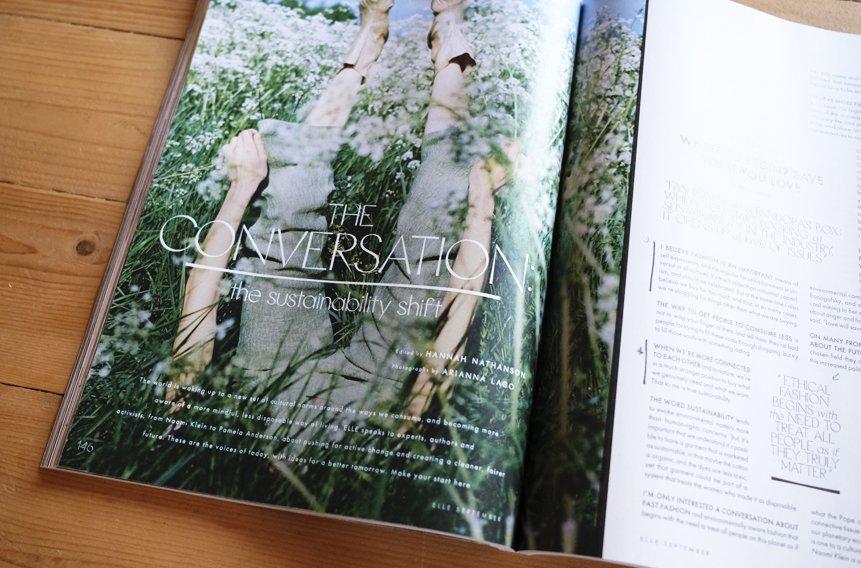 revista abierta sobre mesa