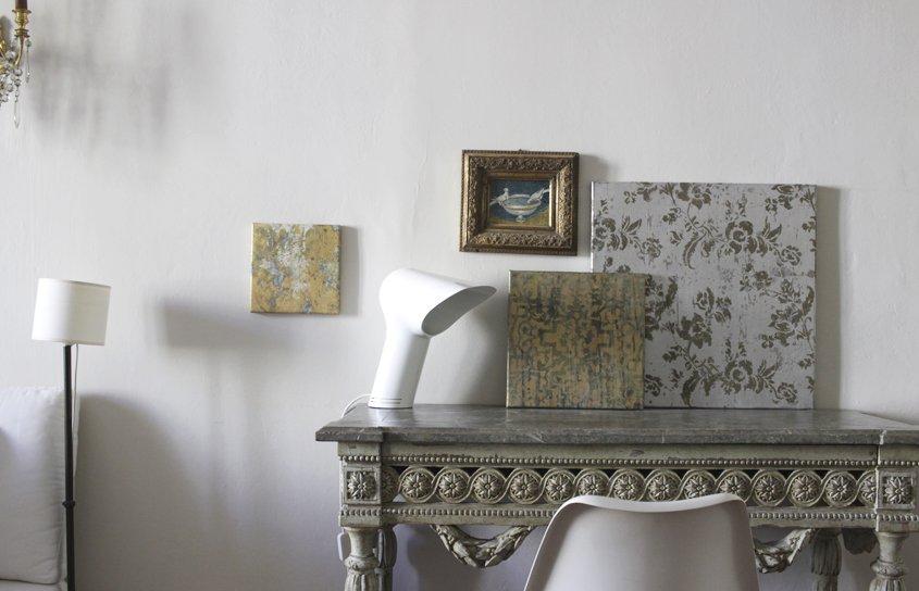muebles y cuadros en habitación
