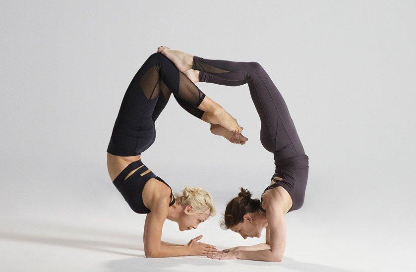 chicas practicando yoga