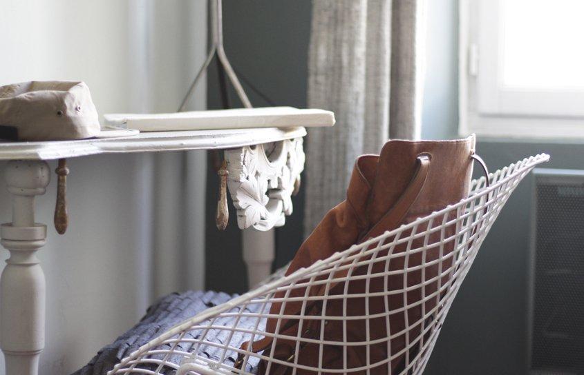 mesa y silla con mochila