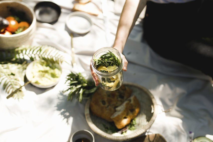 picnic con comida en el campo
