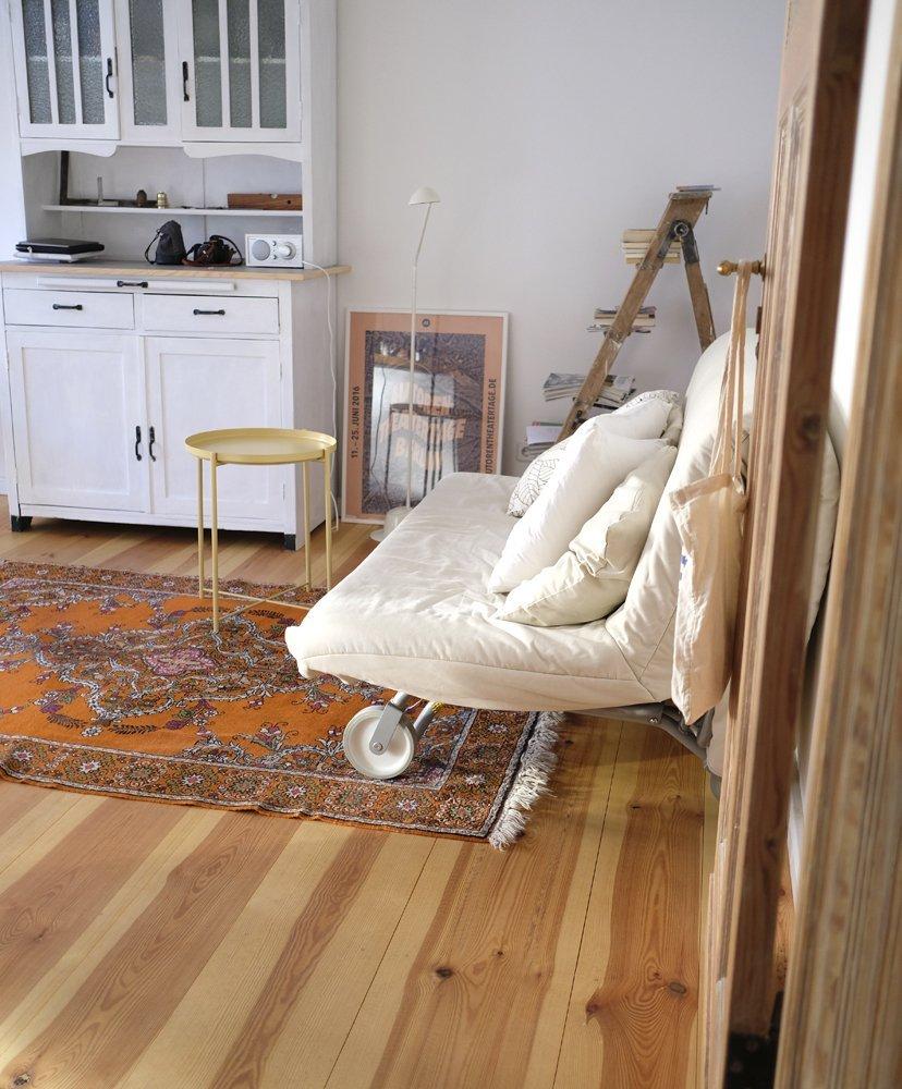 sofá en salón suelo madera