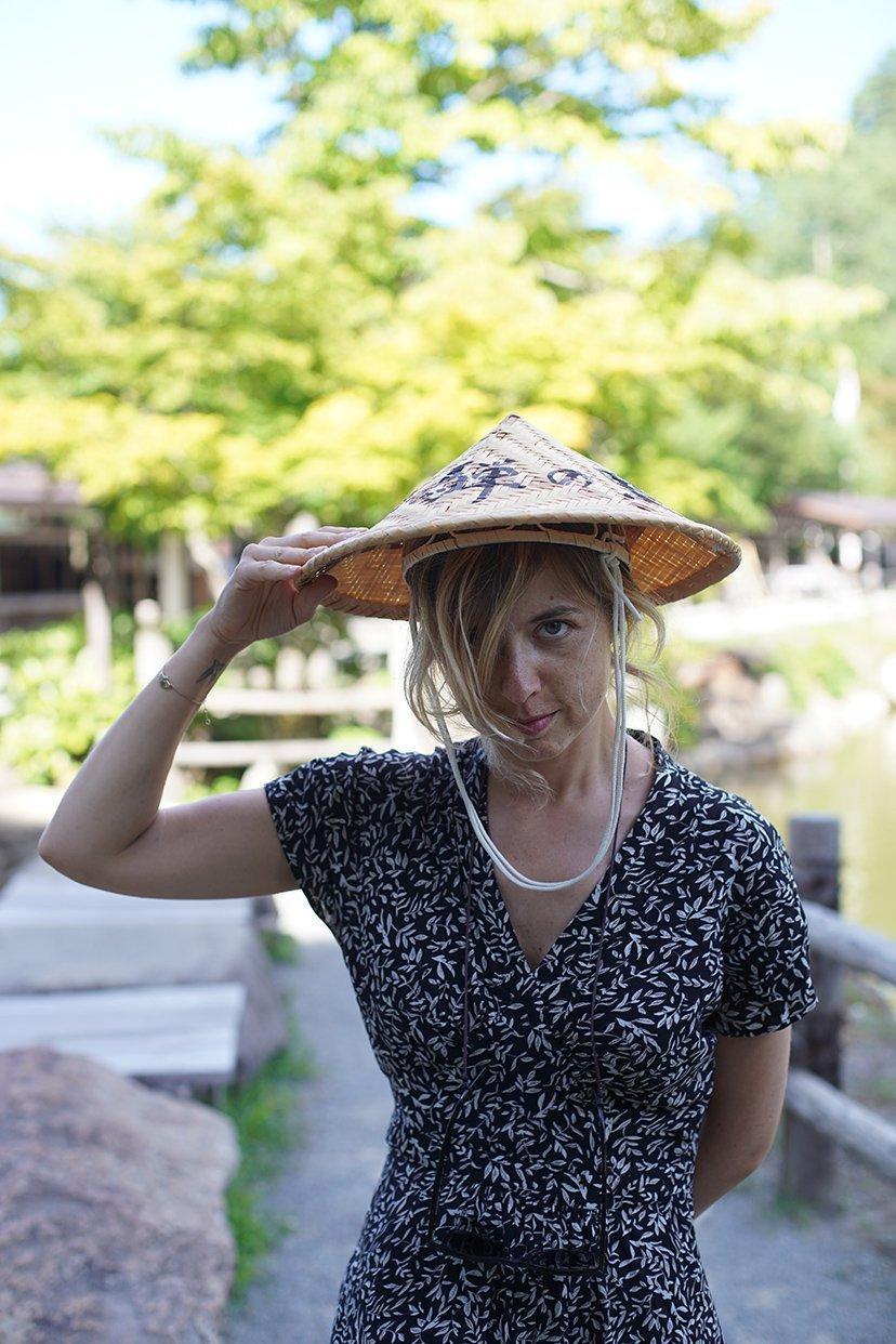 chica con sombrero