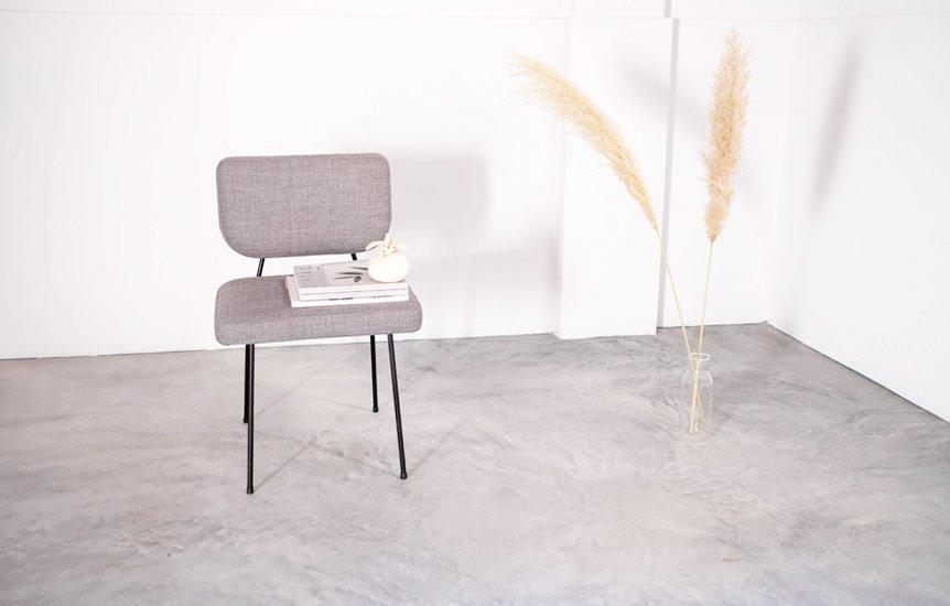 silla y flores