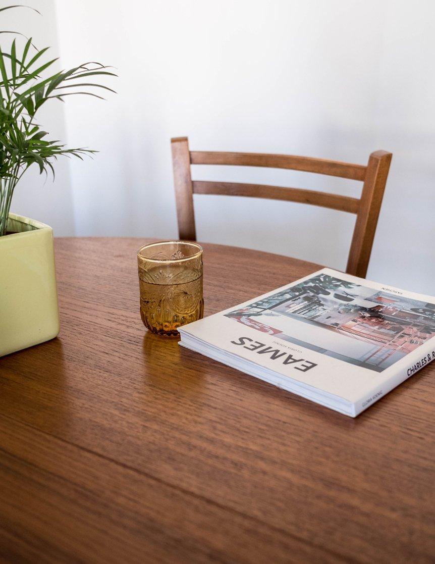 mesa con libro