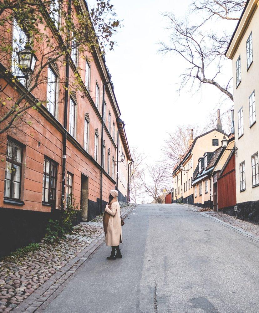 chica en calles de Estocolmo