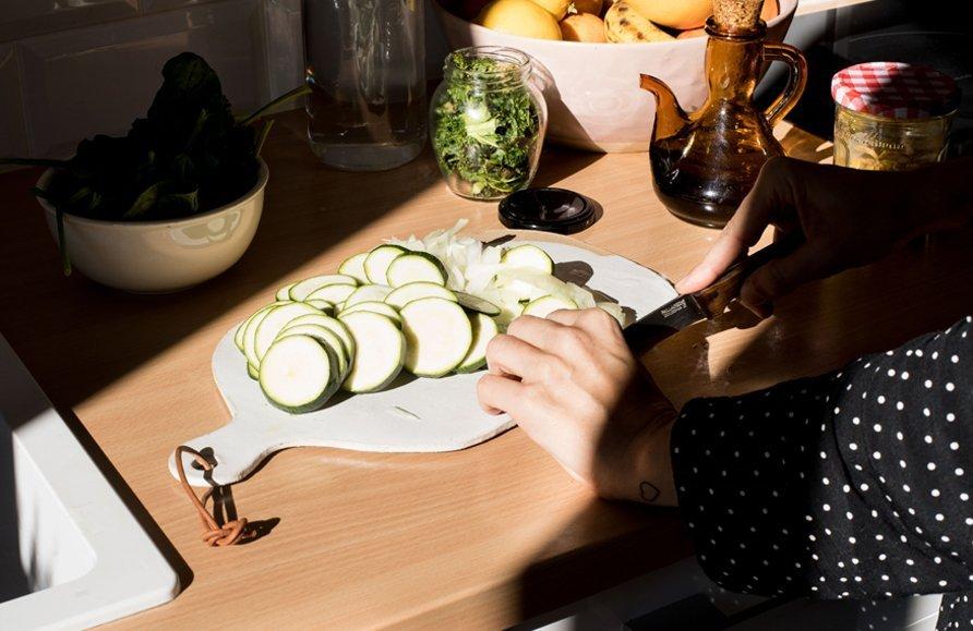 chica cortando verduras