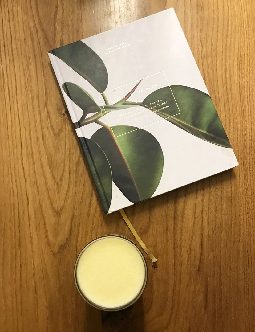 libreta y bebida de curcuma