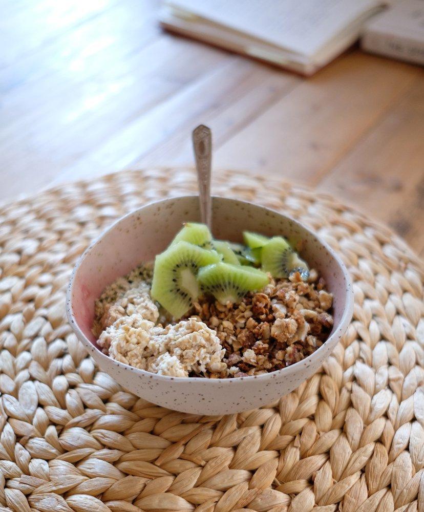 porridge con granola y kiwi